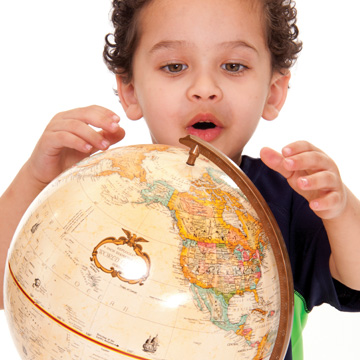 niño mirando globo terráqueo